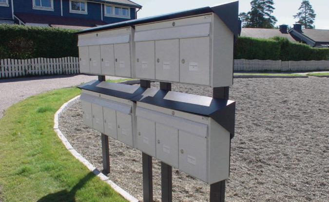 Postkassestativ med hvite postkasser