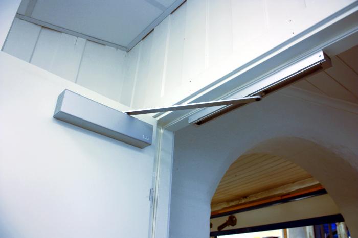 En dørlukker vil kunne bidra til en snillere strømregning