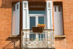 balkong på en mursteinsbygning