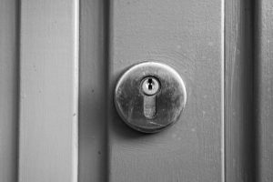 Svart/hvitt bilde av en mekanisk lås