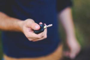 Nærbilde av en bilnøkkel i en hånd