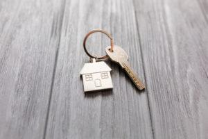 En nøkkel med en nøkkelring formet som et hus