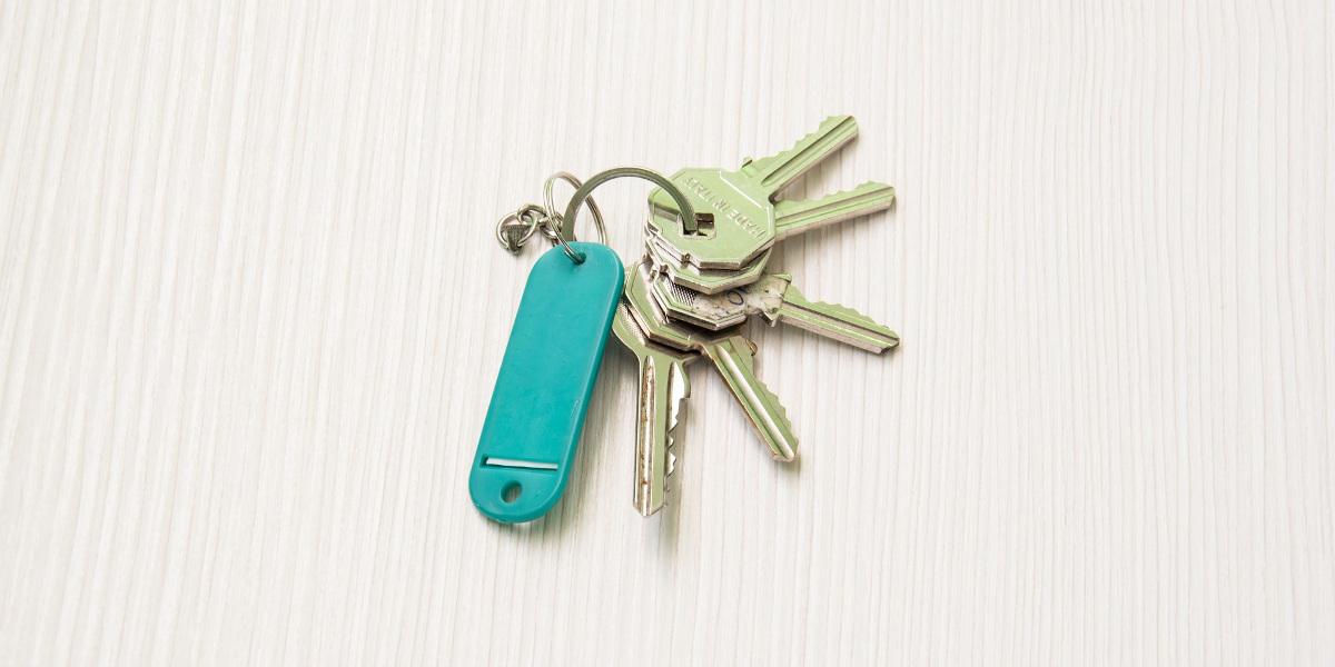 Et nøkkelknippe med grønt navneskilt