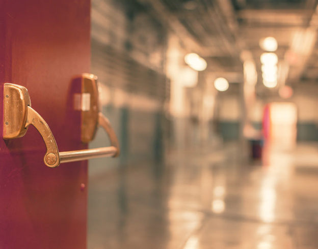 En åpen rød dør med dørlukker
