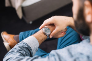 En mann som sjekker tiden på klokken sin