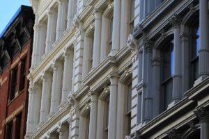 Nærbilde av fasaden til tre bygårder