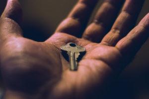 Nærbilde av en nøkkel som ligger i en håndflate