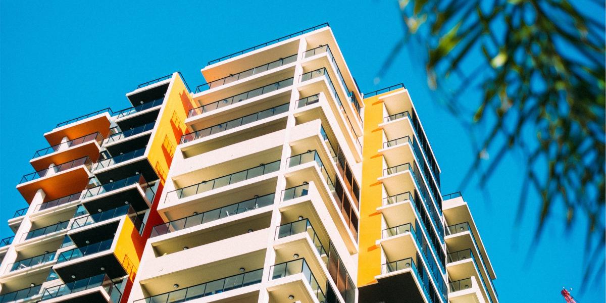 En bygning sett nedenifra og opp, med knall blå himmel bak