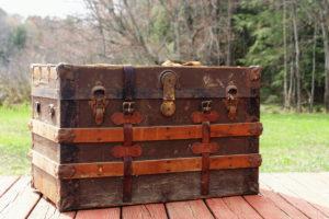 En gammel kiste med lærremmer