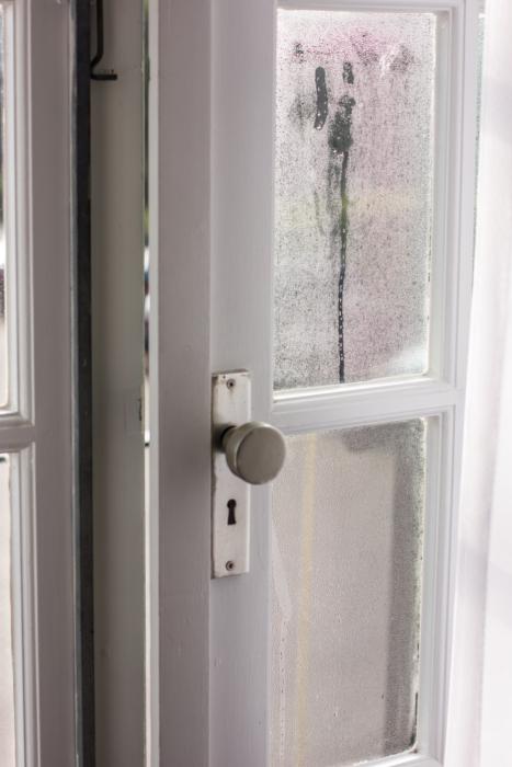 vedlikehold av lås, hengsler og dørlukker