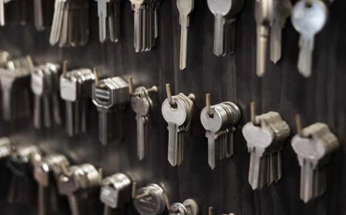 Nøkkelemner som henger på kroker