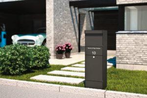 En stor postkasse som står utenfor et hus