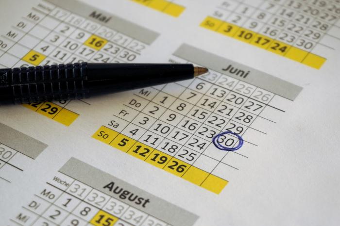 En kalender og en penn som har ringet rundt 30. juni