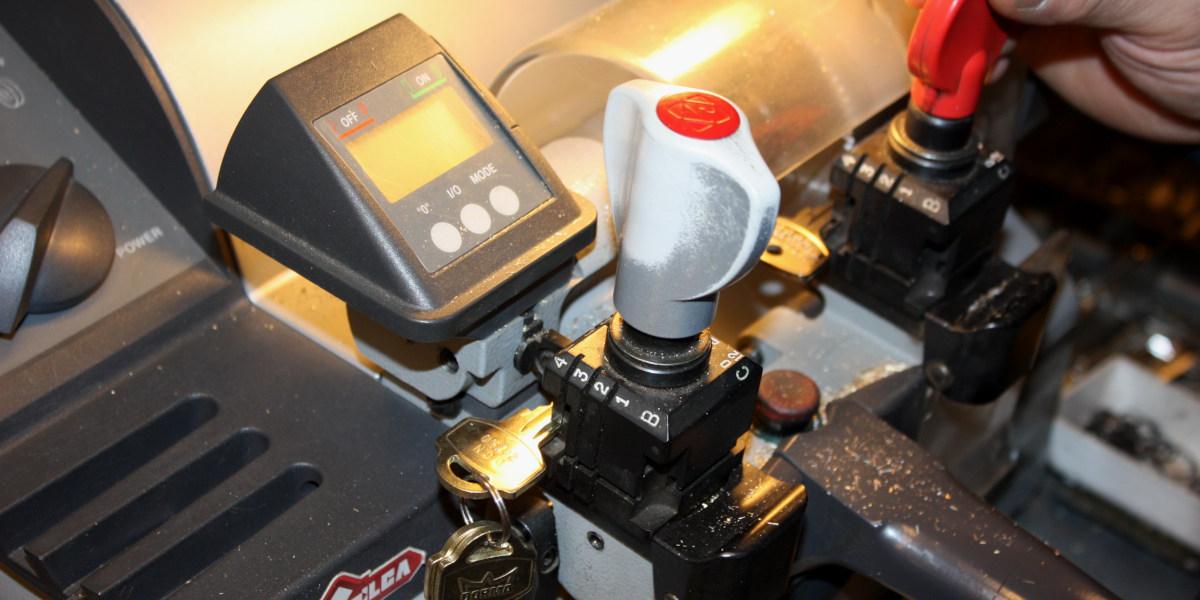 Nærbilde av en maskin som brukes til å file nøkler