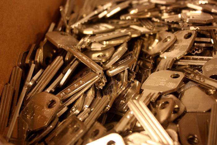 En eske full av nøkkelemner til systemnøkkel