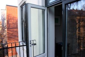 En verandadør i glass som står åpen