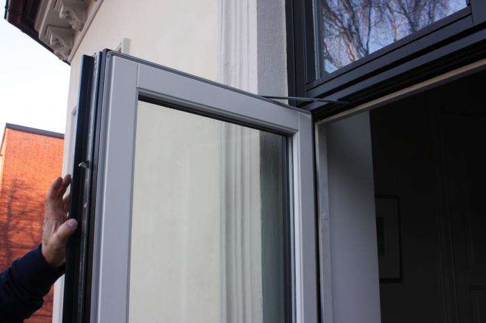 Øvre delen av en åpen verandadør i glass