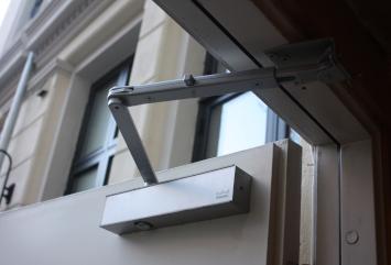Nærbilde av en dørholder på en dør