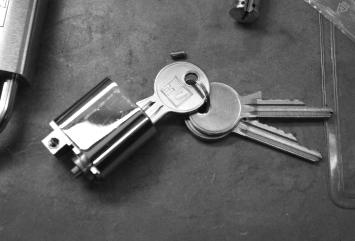 Nøkler som sitter i en låssylinder som ikke er installert