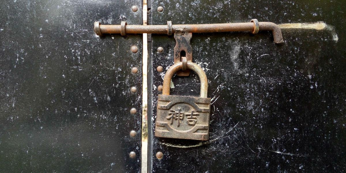 En gammel, dekorativ hengelås på en gammel dør