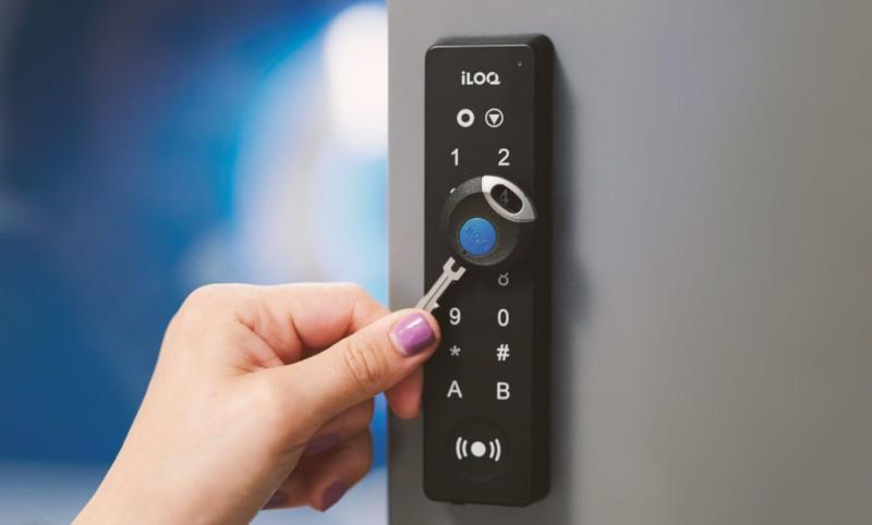 En hånd som låser opp iLOQ adgangskontroll